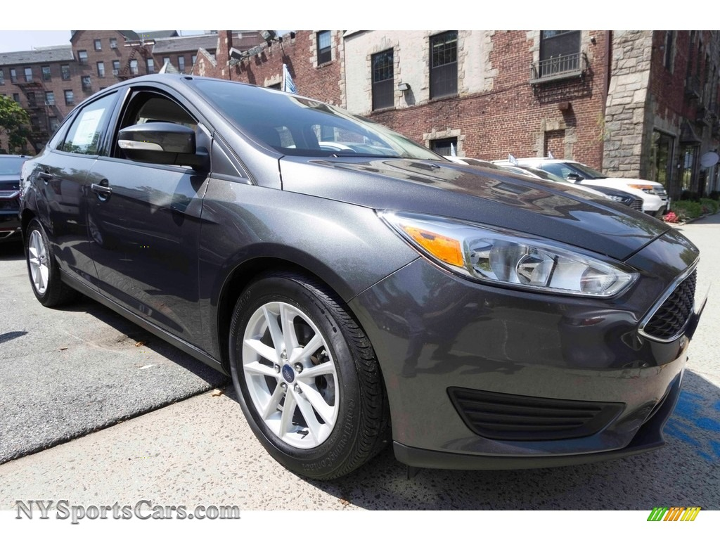 Magnetic Metallic / Charcoal Black Ford Focus SE Sedan