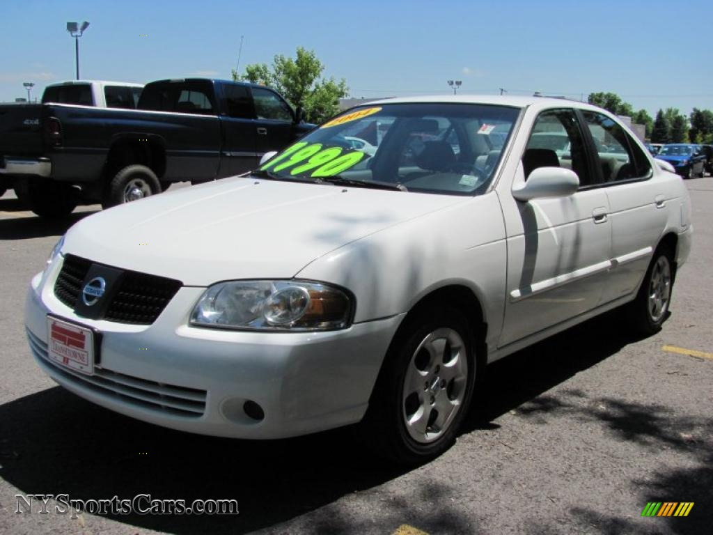 Cloud White / Taupe Nissan Sentra 1.8 S