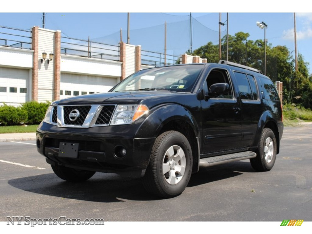 Super Black / Graphite Nissan Pathfinder SE 4x4