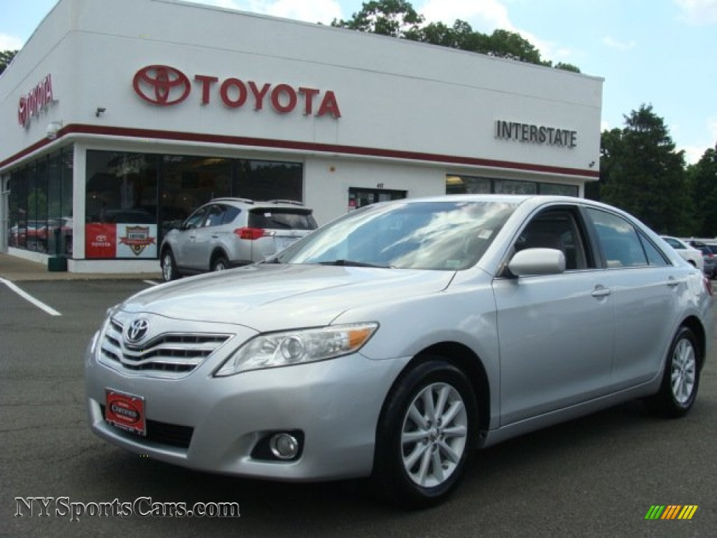 2010 toyota camry xle in classic silver metallic 043918. Black Bedroom Furniture Sets. Home Design Ideas